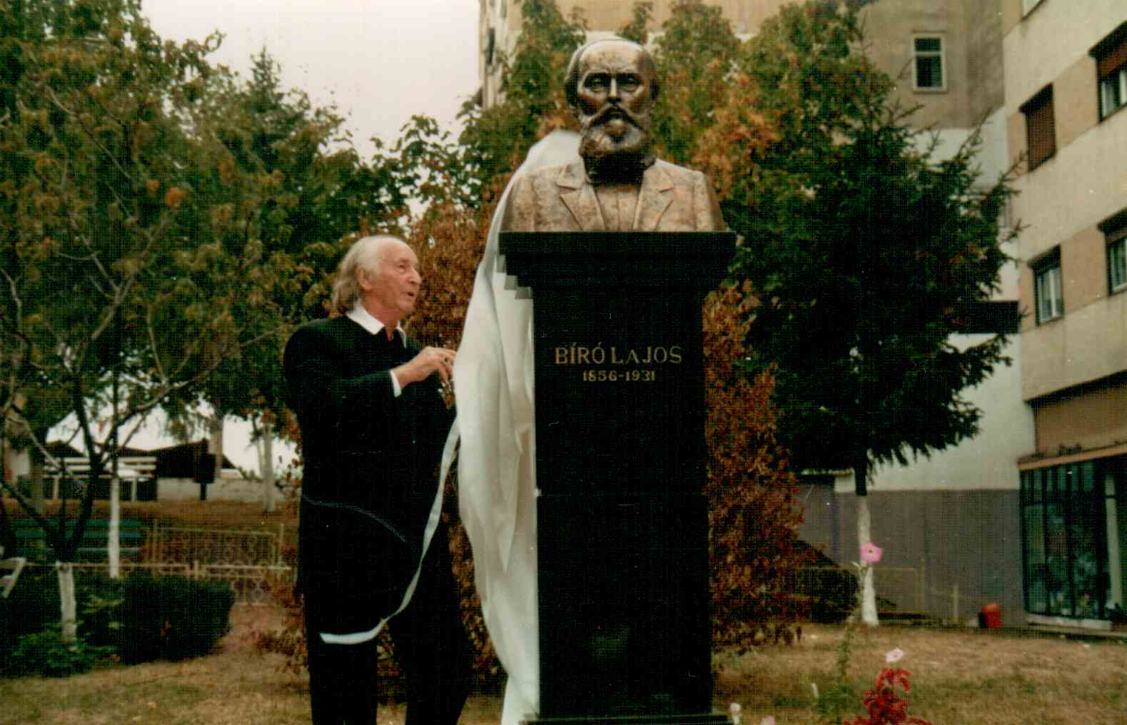 biro-l-szoboravatas-2000